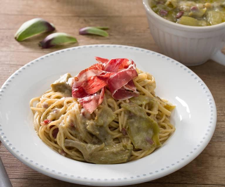 Espaguetis integrales con alcachofas y jamón ibérico