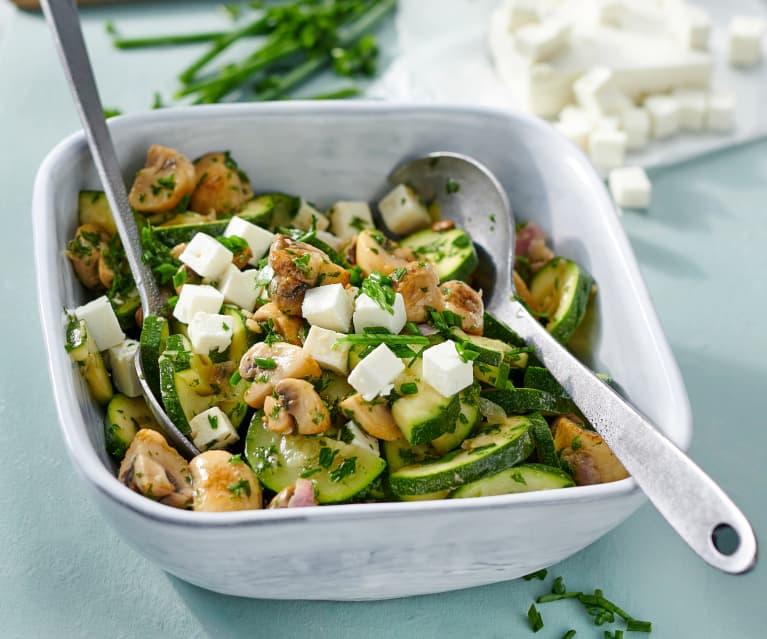 Warmer Zucchini-Champignon-Salat mit Feta