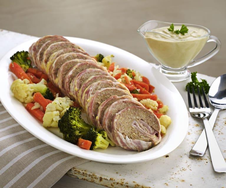 Rollo de carne y queso con verduras y salsa de champiñones