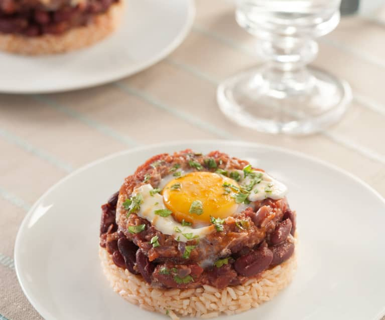 Huevos con judías rojas y arroz