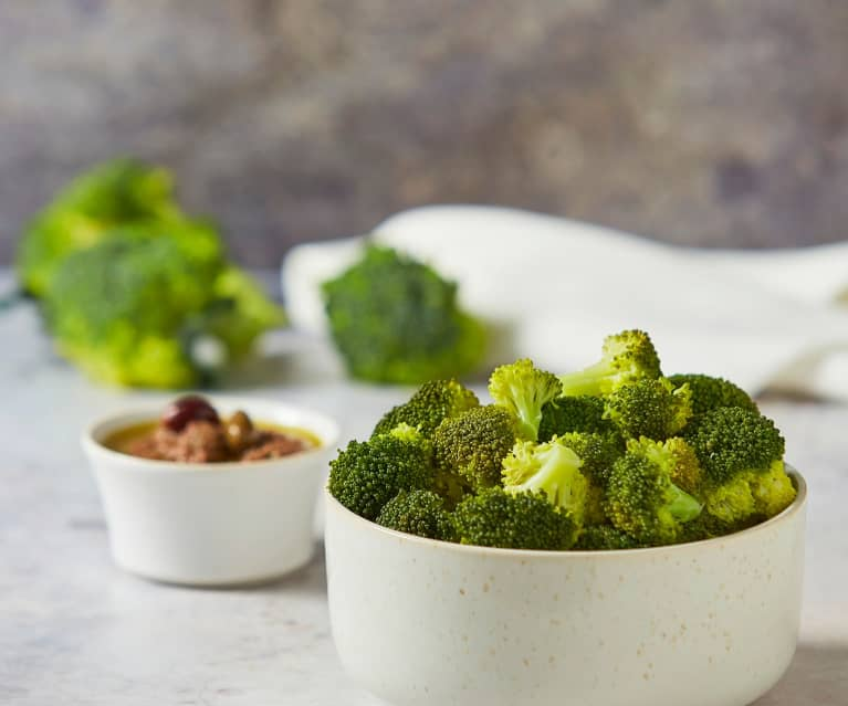 Contorno di broccoli al vapore con salsa alle alici e olive
