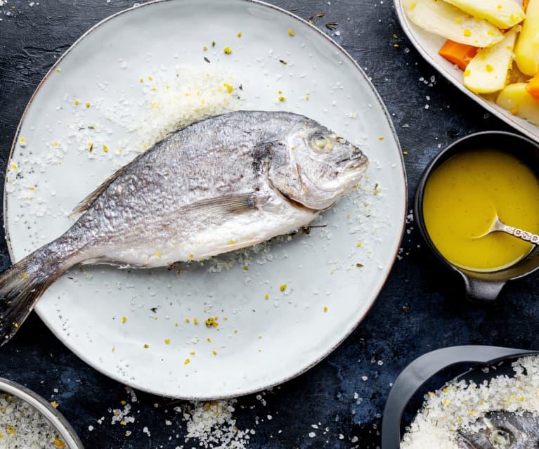 Pescado a la sal con verduras y aderezo de naranja