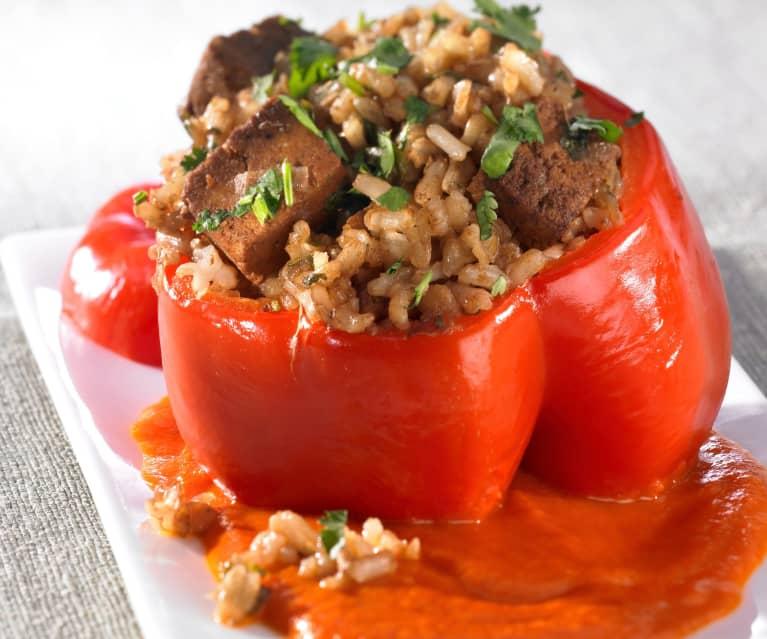 Paprika mit Tofu-Reis-Füllung und Tomatensauce