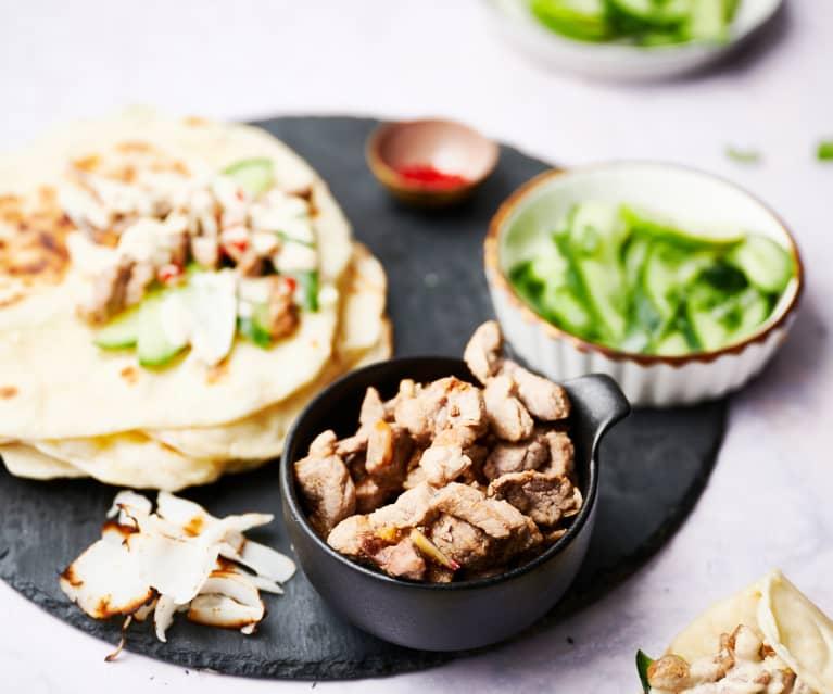Solomillo de cerdo con salsa de coco picante, pan de ajo naan y ensalada de pepino