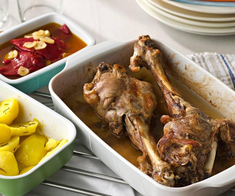 Pierna de cordero lechal asada con piquillos y patatas