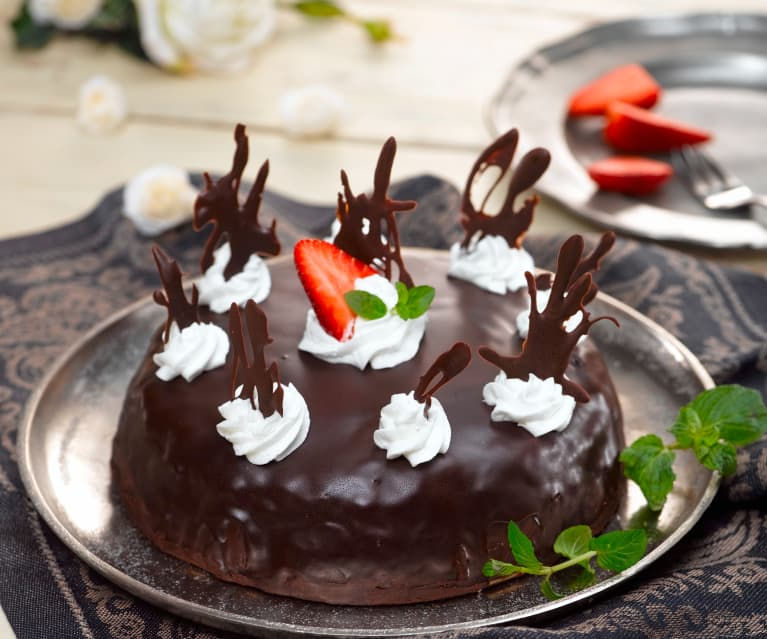 Kakaový dort s krémem a čokoládovou polevou