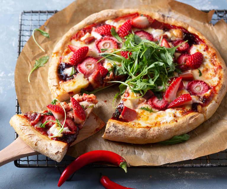 Pizza con mermelada picante de fresas, jamón y rúcula