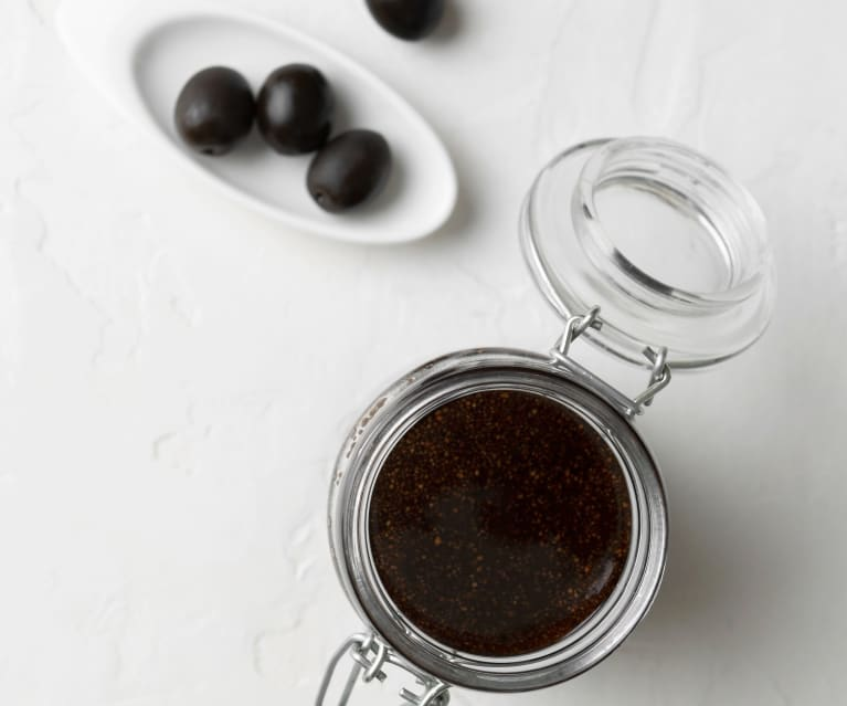 Aceite aromático con aceitunas negras