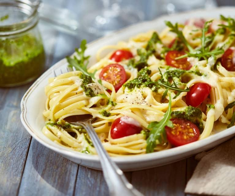 Nudeln mit Käsesauce, Pesto und frischen Tomaten