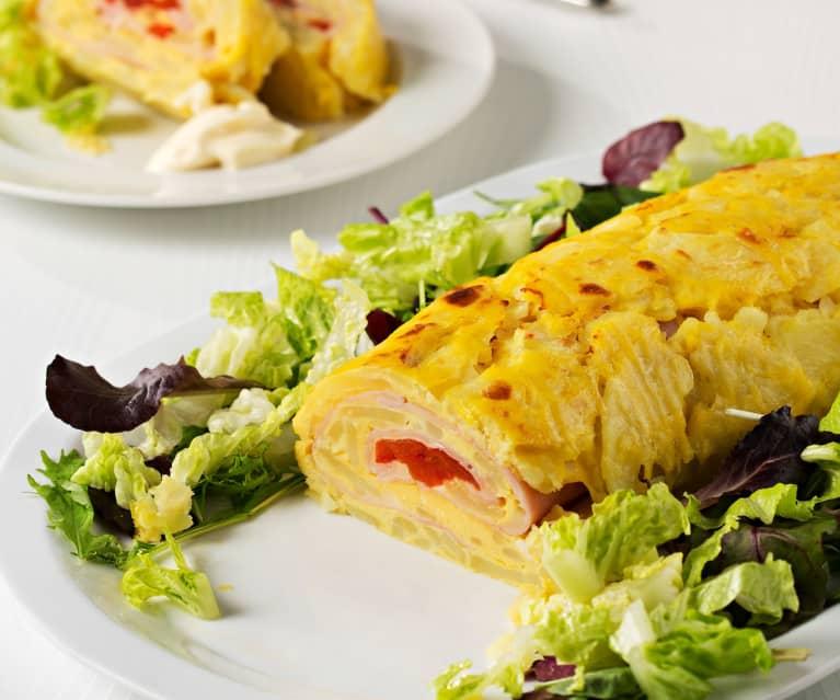 Rollo de tortilla de patata con jamón, queso y pimiento