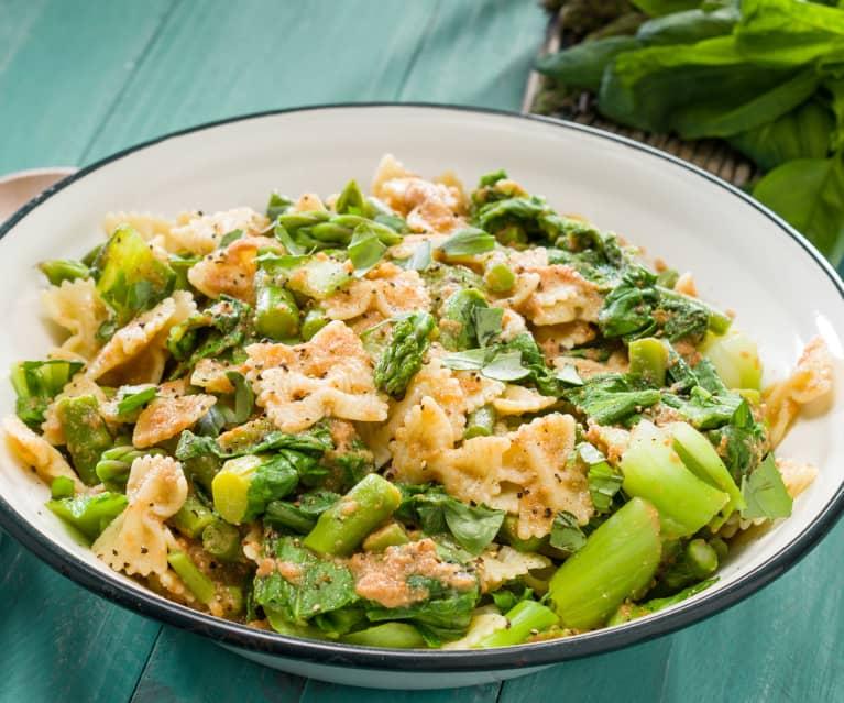 Ensalada de pasta con verduras de primavera