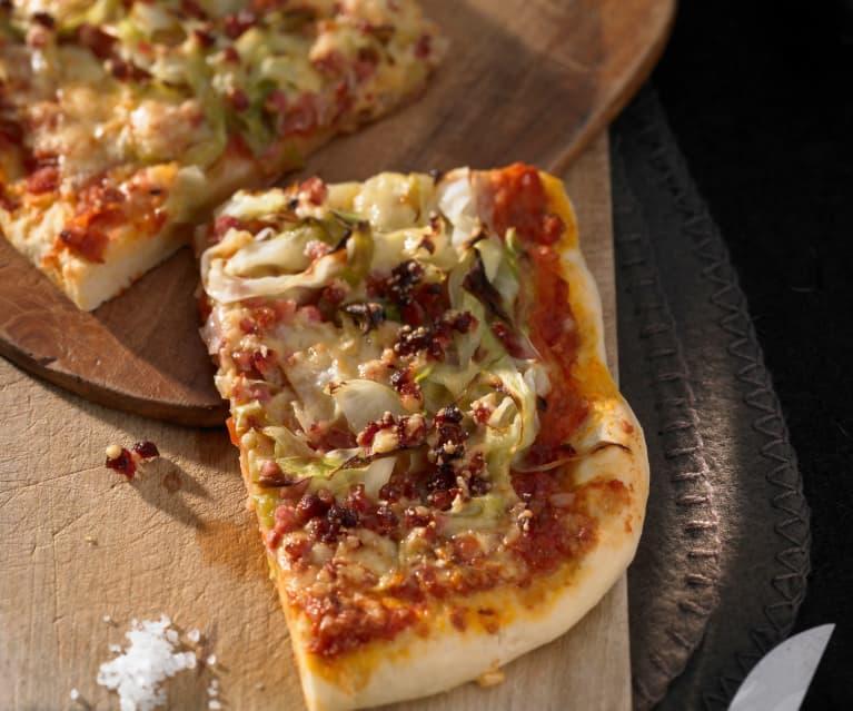 Pizza mit Kohl und Speck