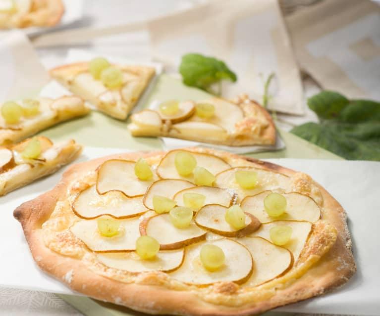 Pizzas blancas de peras con uvas