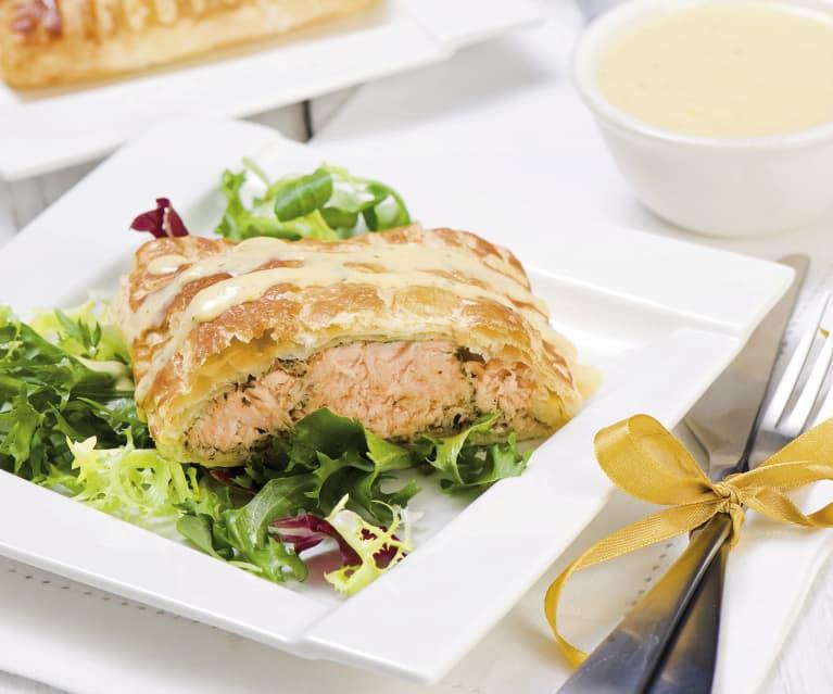 Świąteczny łosoś w cieście francuskim z sosem berneńskim