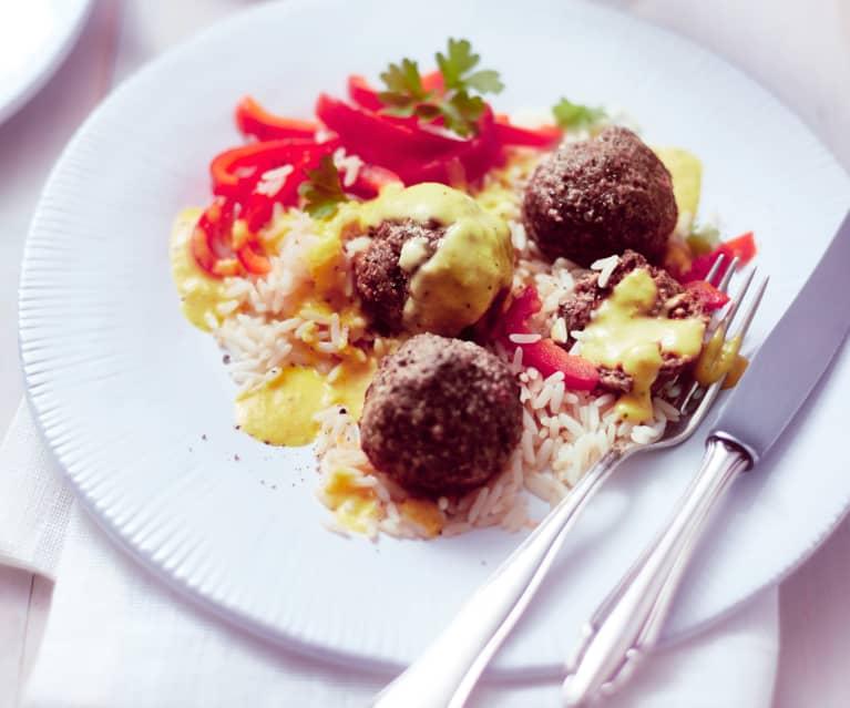 Fleischbällchen mit Reis, Paprika und Apfel-Curry-Sauce