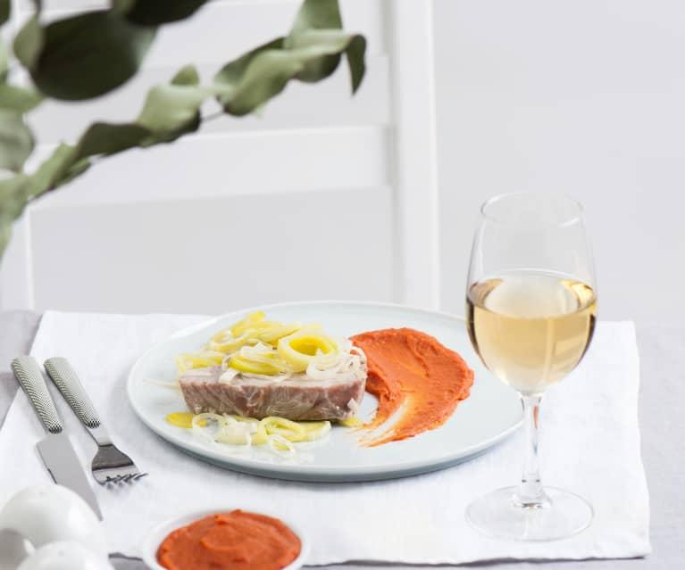 Stek z tuńczyka na parze z pikantnym dipem z pomidorów i soczewicy