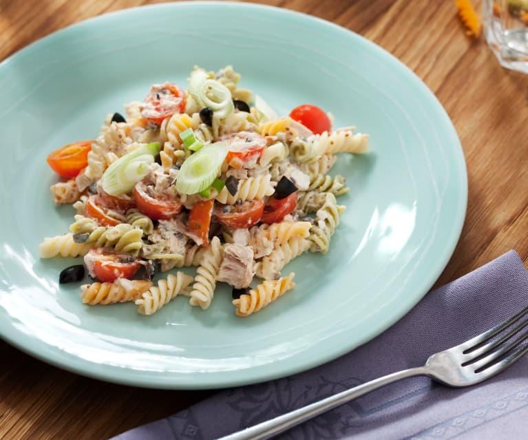Ensalada de pasta, atún y tomates cherry