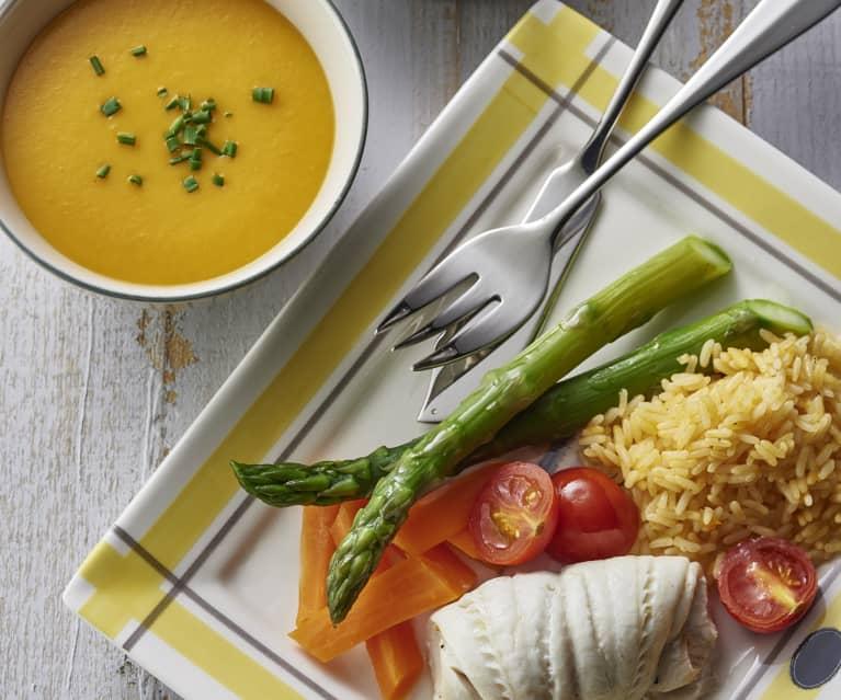 Zupa z dyni piżmowej, ryba z ryżem i warzywami oraz owoce z kruszonką