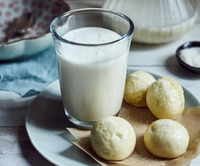 Soja-Hafer-Milch mit Hefeklößen zum Frühstück (燕麦豆浆加馒头)
