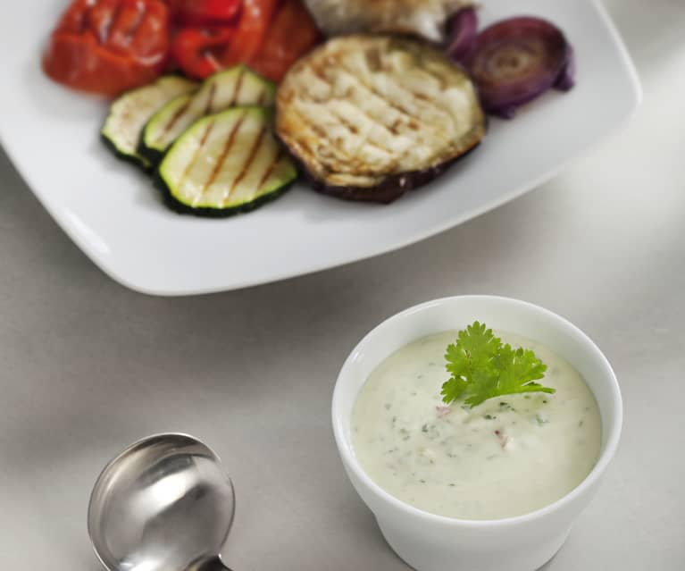 Aliño de yogur con guindilla, ajo, limón y cilantro