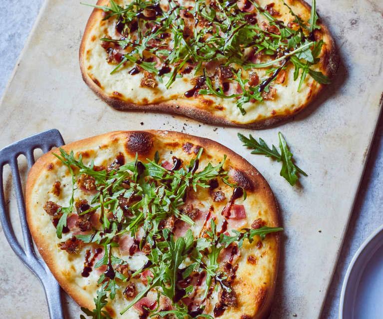 Pizza flambeada con dátiles y beicon