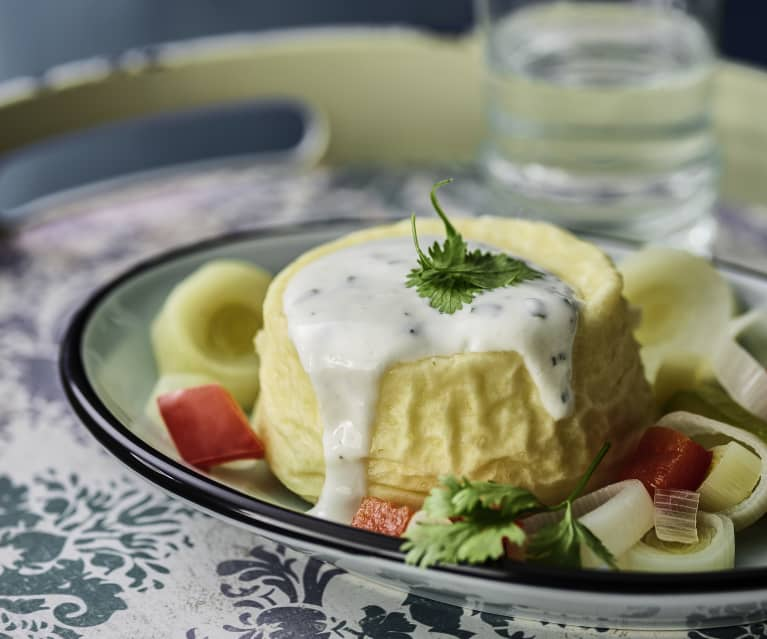 Ziegenkäse-Soufflé, Joghurtsauce und Porree