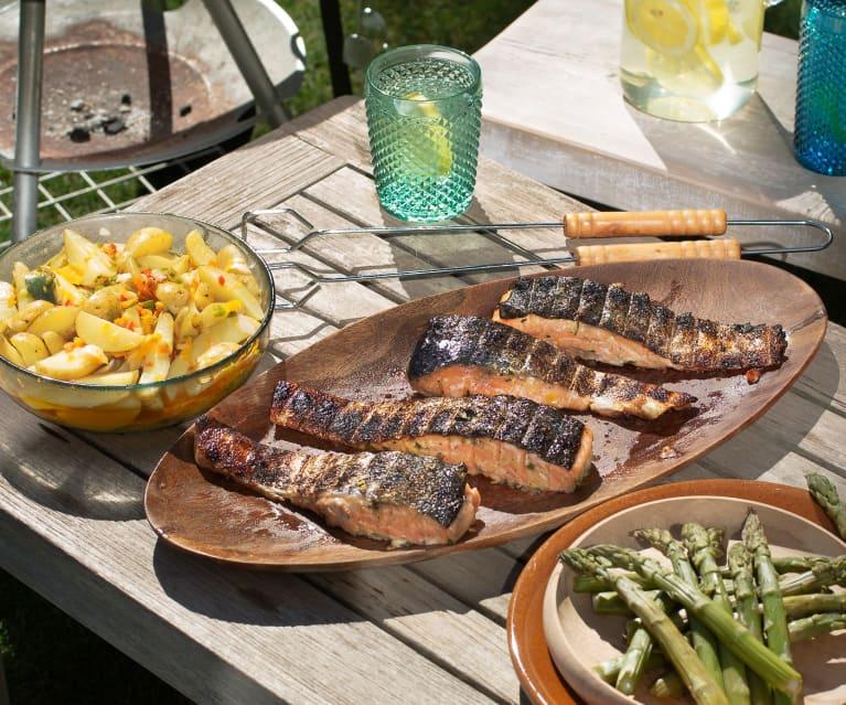 Salmón a la brasa con patatas, espárragos verdes y vinagreta de pimientos