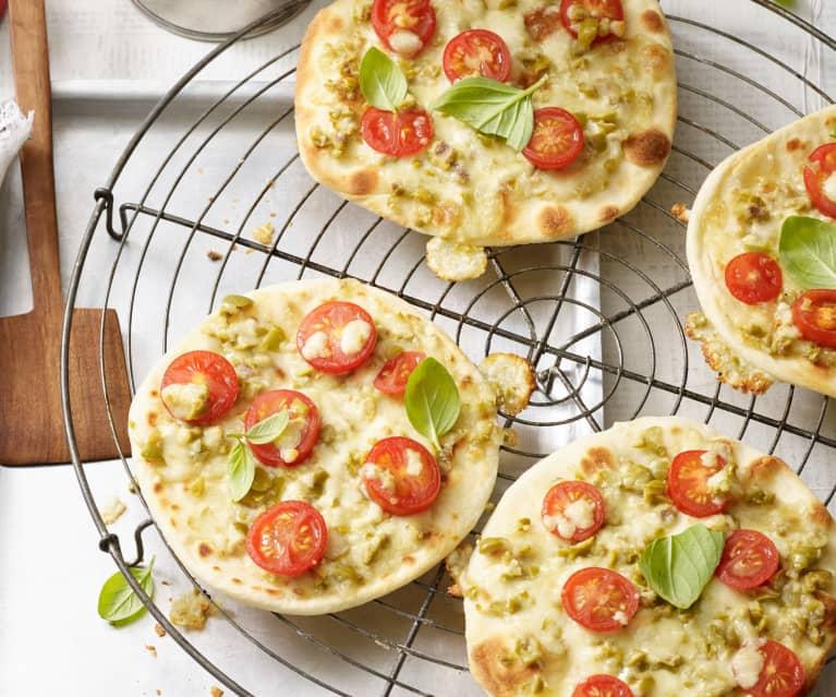 Piadizza mit grünen Oliven, Tomaten und Basilikum
