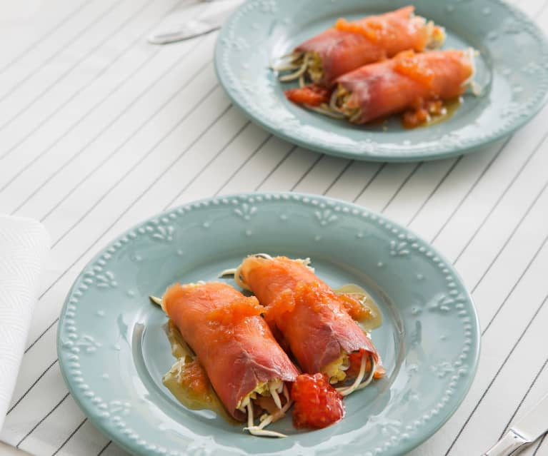 Rollitos de salmón ahumado con vinagreta templada de tomate