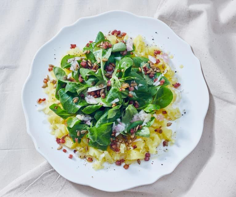 Feldsalat auf Kartoffelbett mit Specktopping