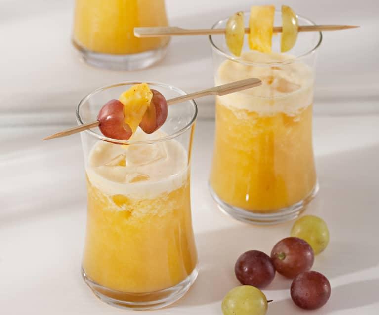 Cóctel de piña y uvas