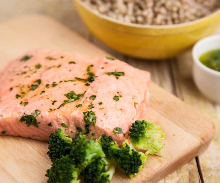 Salmone con broccoli e grano saraceno