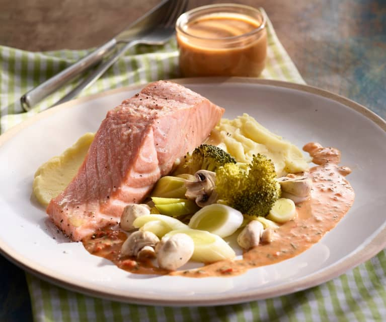 Gemüse-Fisch-Platte mit Kartoffelpüree und Paprikasauce