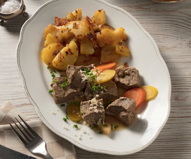 Gekochtes Rindfleisch mit Braterdäpfeln und Wurzelgemüse