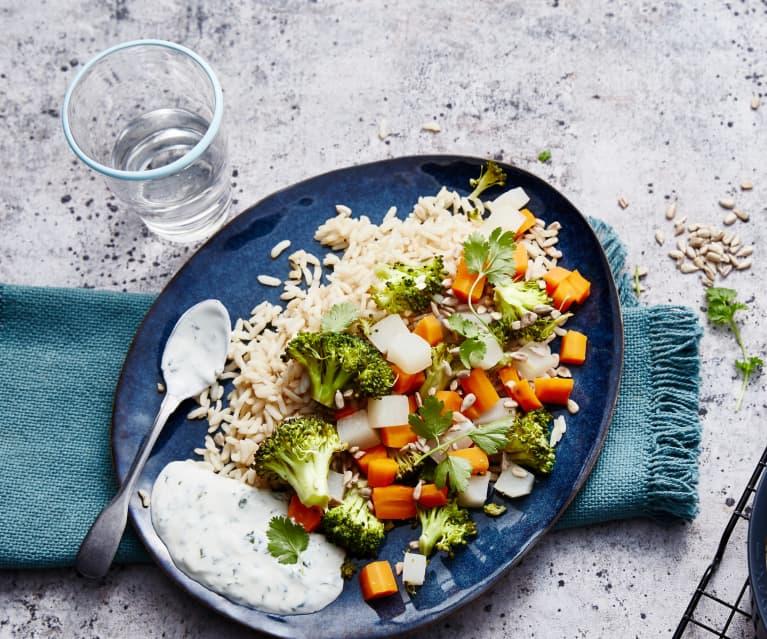 Riz complet, légumes d'automne vapeur et sauce au yaourt