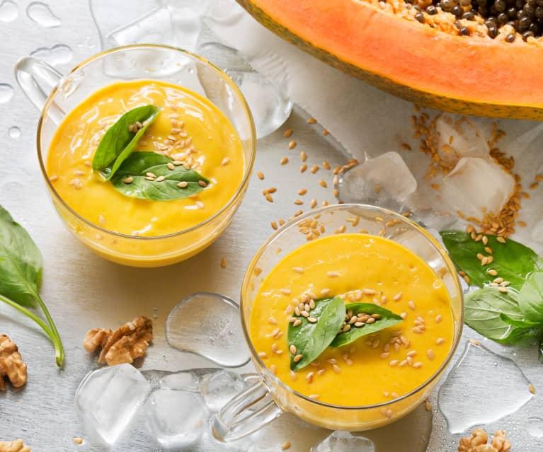 Sopa fría rápida de yogur griego y papaya con amaranto y semillas de lino