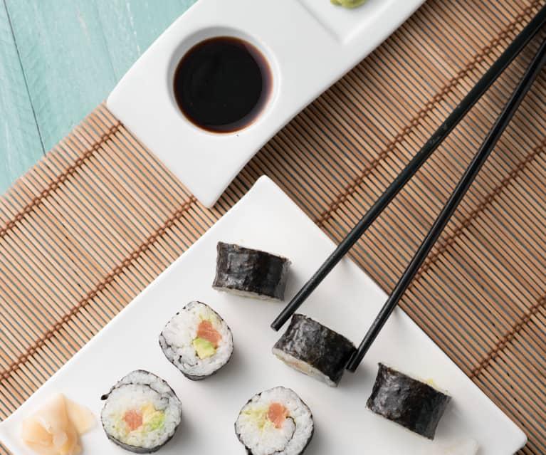 Maki sushi de aguacate y salmón (Japón)