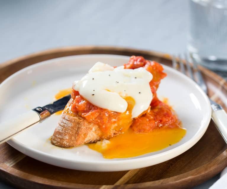 Bruschetta de tomate con huevo a baja temperatura