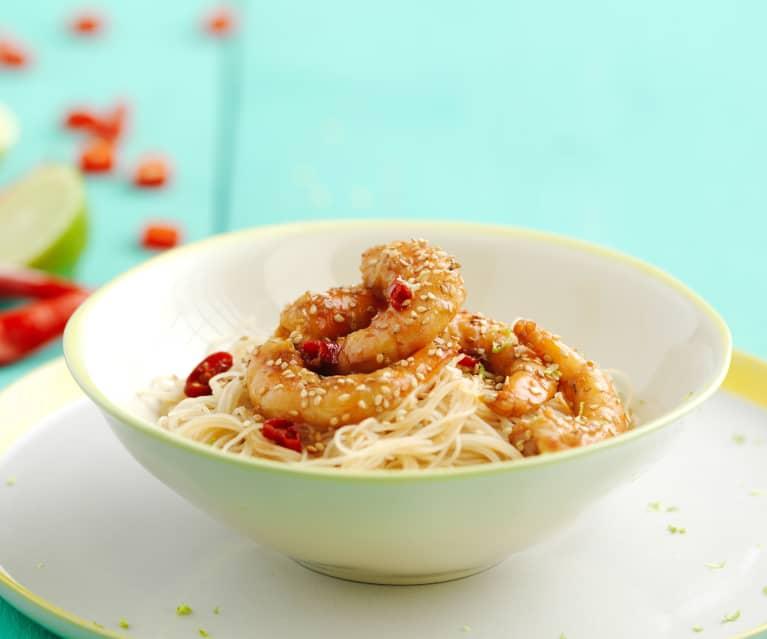 Noodles com camarões e molho teriyaki