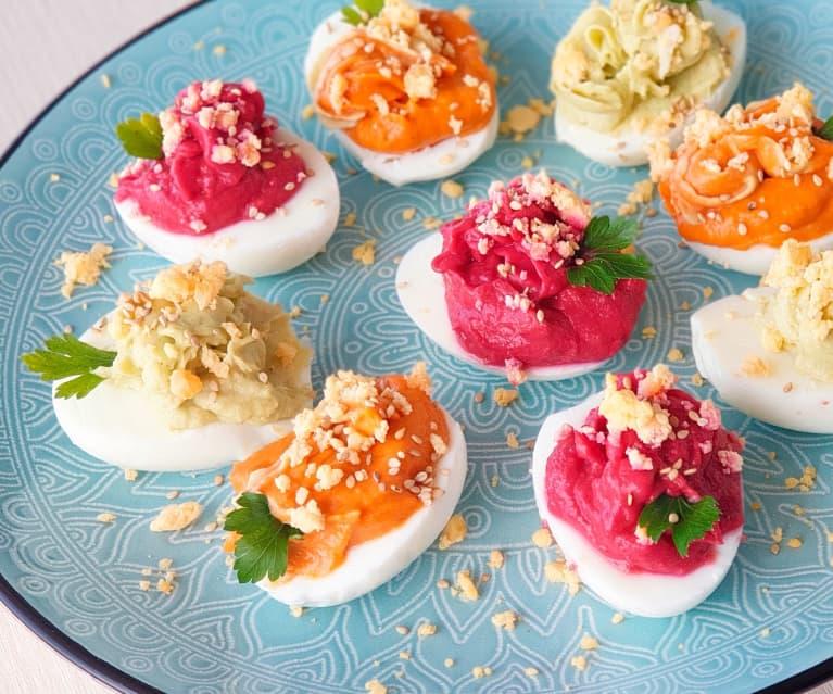 Huevos camperos rellenos de hummus tricolor de aguacate, pimiento rojo y remolacha