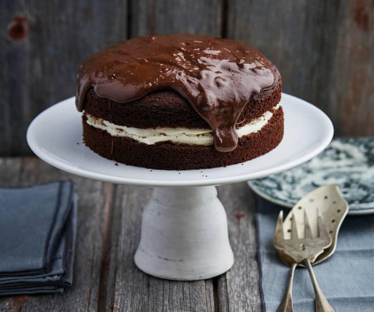Bolo de chocolate com chantilly e mousse