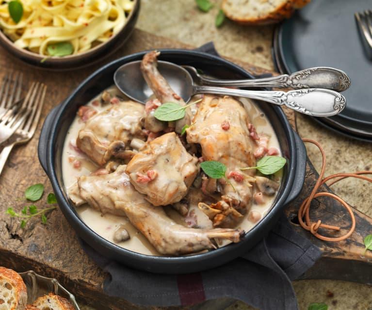 Lapin au cidre, champignons, oignons et lardons