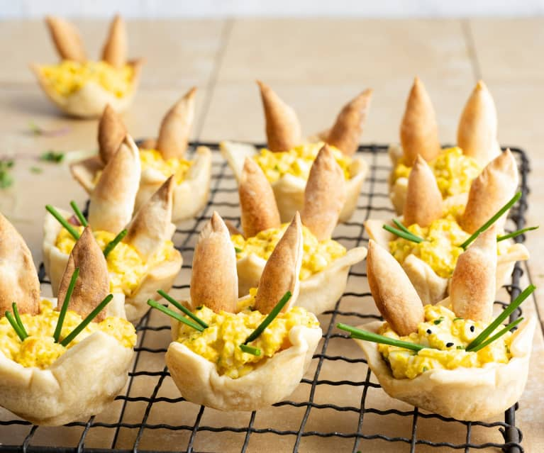 Salade d'œufs dans un nid de Pâques croustillant