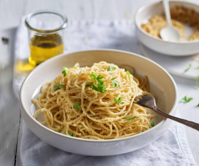 Espaguetis con pan, anchoas y aceite de cayena