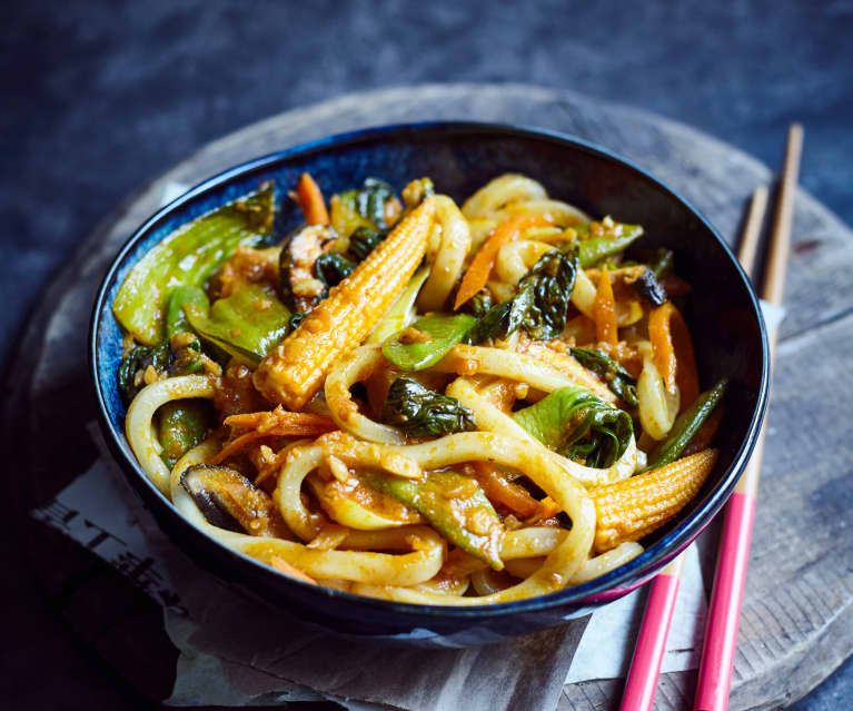 Udon-Nudeln mit Curry-Gemüse