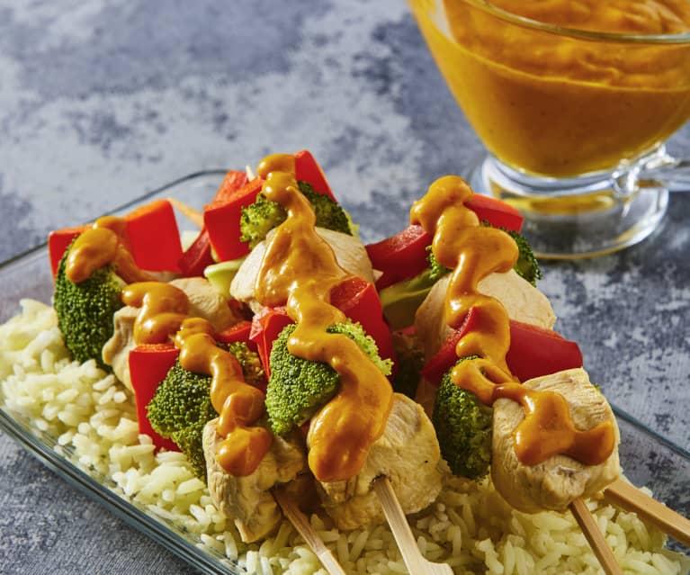 Brochetas de pollo con arroz y salsa de mango