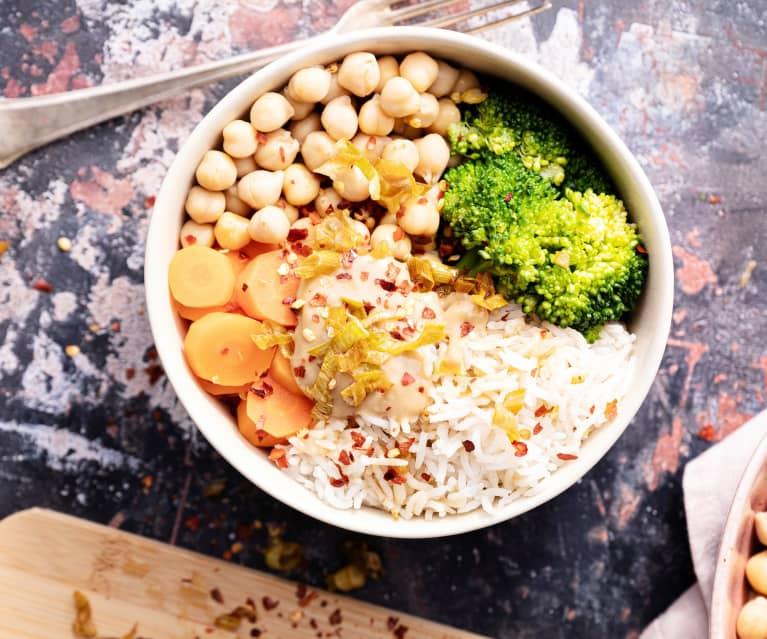 Bowl de garbanzos con salsa de cacahuate (vegano)