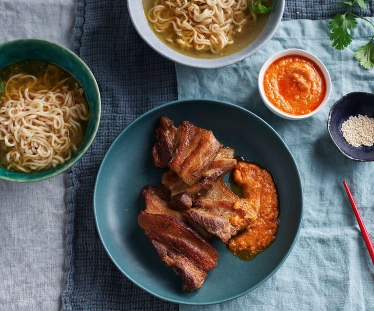 Noodles y panceta de cerdo con salsa de chile y sésamo (Cocción lenta)
