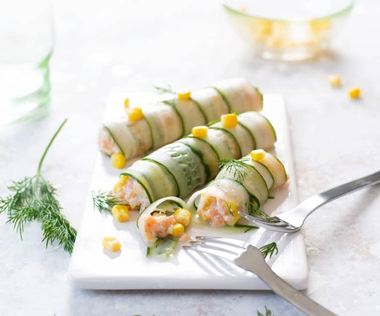 Rollitos de pepino rellenos de tartar de salmón con maíz dulce