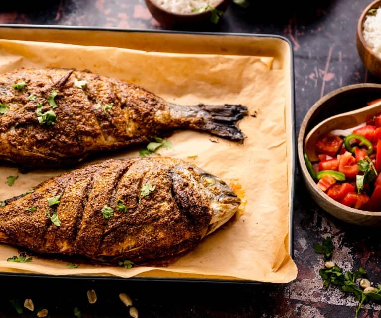 Op Afrikaanse wijze gegrilde vis met rijst en tomatensalade